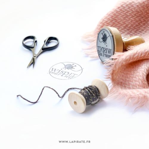 Tampon logo marque, fabrication de tampon bois avec le logo de votre marque - La Pirate