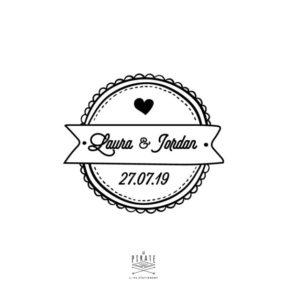Tampon mariage shabby, personnalisé avec vos prénoms et date de mariage, au centre de son macaron rétro - La Pirate