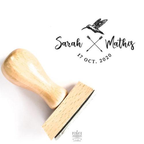 Tampon Mariage en bois Personnalisé de vos prénoms et date de mariage, surmonté d'un oiseau dessiné à la main et flèche boho croisées - La Pirate