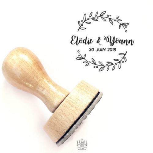Tampon Mariage calligraphie couronne d'olivier champêtre. Tampon en bois personnalisé pour votre mariage champêtre - La Pirate