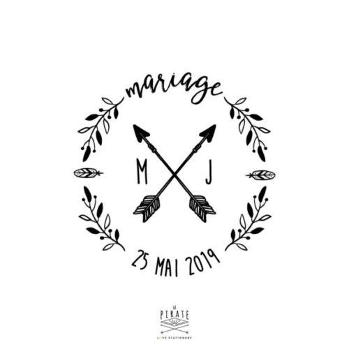 Tampon mariage bohème et ethnique, Flèches et plumes pour ce modèle indian vintage, personnalisé de vos Initiales et date de mariage, cerclés d'une couronne végétale - La Pirate