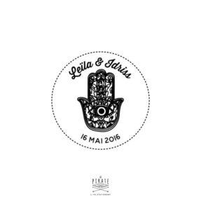 Tampon mariage personnalisé sur le thème oriental. Motif main de Fatma au centre du logo de mariage, vos prénoms et date - La Pirate