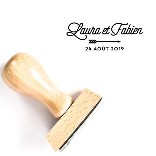 Tampon mariage flèche vintage en bois personnalisé des prénoms et date, illustré d'une flèche vintage - La Pirate
