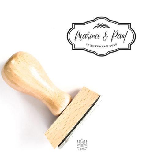 Tampon mariage personnalisé dans le style baroque, cadre ornemental et touche végétale. Tampon en bois pour vos DIY mariage, décoration de vos enveloppes de faire-part, cadeaux invités, ...