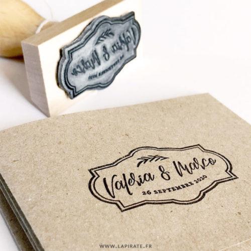 Tampon mariage baroque, personnalisé avec vos prénoms manuscrits et date de mariage.