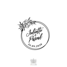 Tampon mariage bohème illustré d'un cercle de fleur, cercle à broder à apposer sur votre papeterie de mariage. Ce tampon est personnalisé de vos prénoms et date de mariage bohème - La Pirate