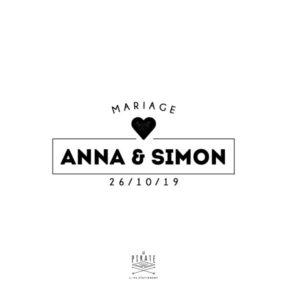 Tampon Mariage Industriel, personnalisé avec vos prénoms et date de mariage dans un cadre surmonté d'un petit coeur vintage, à estampiller sur votre papeterie de mariage Vintage - La Pirate