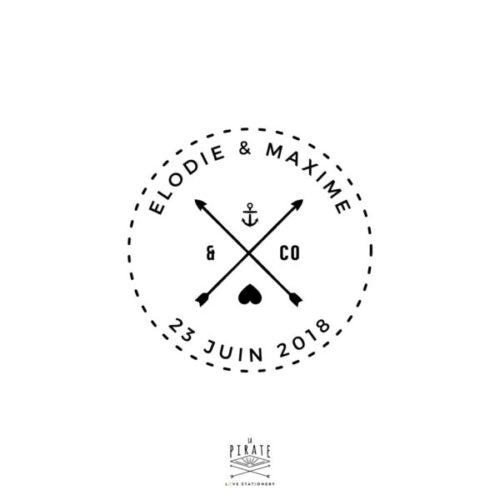 Tampon Mariage Marin personnalisé de Flèches croisées, Ancre Marine et petit coeur. Inscription avec Prénoms & Date Mariage, tampon thème marin, voyage, mer - La Pirate