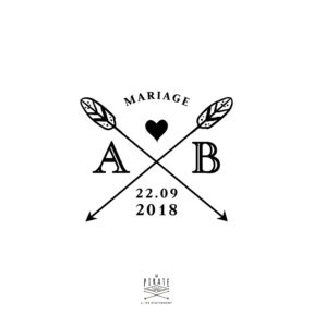 Tampon Mariage initiales, personnalisé de vos initiales et date de mariage, de part et d'autre de ses flèches croisées et coeur - La Pirate