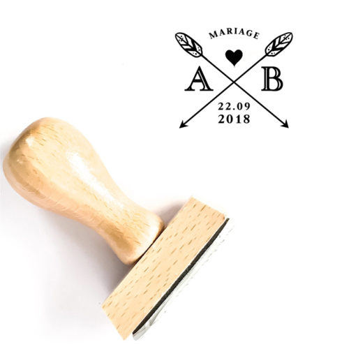 Tampon Mariage en bois personnalisé de vos initiales et date de mariage, de part et d'autre de ses flèches croisées et coeur - La Pirate