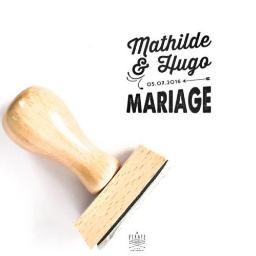 Ajoutez ce joli tampon personnalisé à la panoplie de votre mariage vintage. Orné de vos prénoms et date de mariage, pour estampiller votre papeterie de manière originale - La Pirate