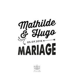 Ajoutez ce joli tampon vintage à la panoplie de votre mariage. Illustré de vos prénoms et date de mariage, pour estampiller votre papeterie de manière originale - La Pirate