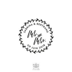 Tampon Mariage Mr And Mrs, personnalisé avec vos prénoms et la date de votre mariage champêtre. Inscription Mr and Mrs au centre, cerclé d'une couronne champêtre - La Pirate