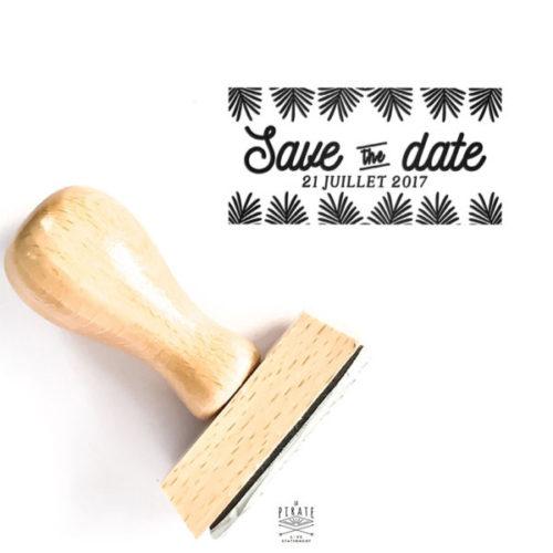Tampon Save The Date en bois, personnalisé avec la date de votre mariage sur le thème Exotique - Collection Palmista - La Pirate