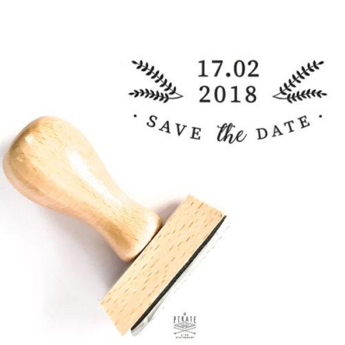 Tampon Save The Date mariage Hiver, en bois à personnaliser avec la date de votre mariage sur le thème hivernal, montagne - La Pirate