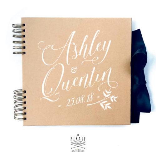 Personnalisez ce livre d'or ardoise et fleurs, en kraft pour votre mariage vintage. Vos prénoms et la date de votre mariage en couverture de ce livre d'or.