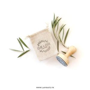 Tampon Mariage couronne d'olivier vintage, personnalisé avec vos prénoms et la date du mariage, marquage sur tissu - La Pirate