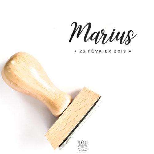 Tampon naissance personnalisé Marius, délicat et poétique. Tampon naissance prénom en bois à associer au faire-part naissance dorure cuivrée - La Pirate