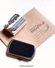 Tampon Merci de me remettre à – Adresse – Tampon packaging, adresse – La Pirate