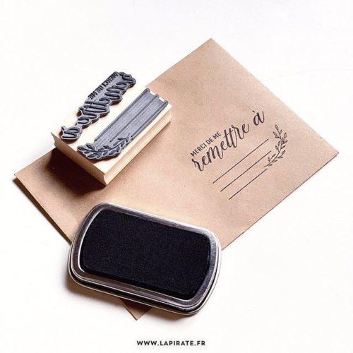 Tampon Merci de me remettre à - Adresse - Tampon packaging, adresse - La Pirate