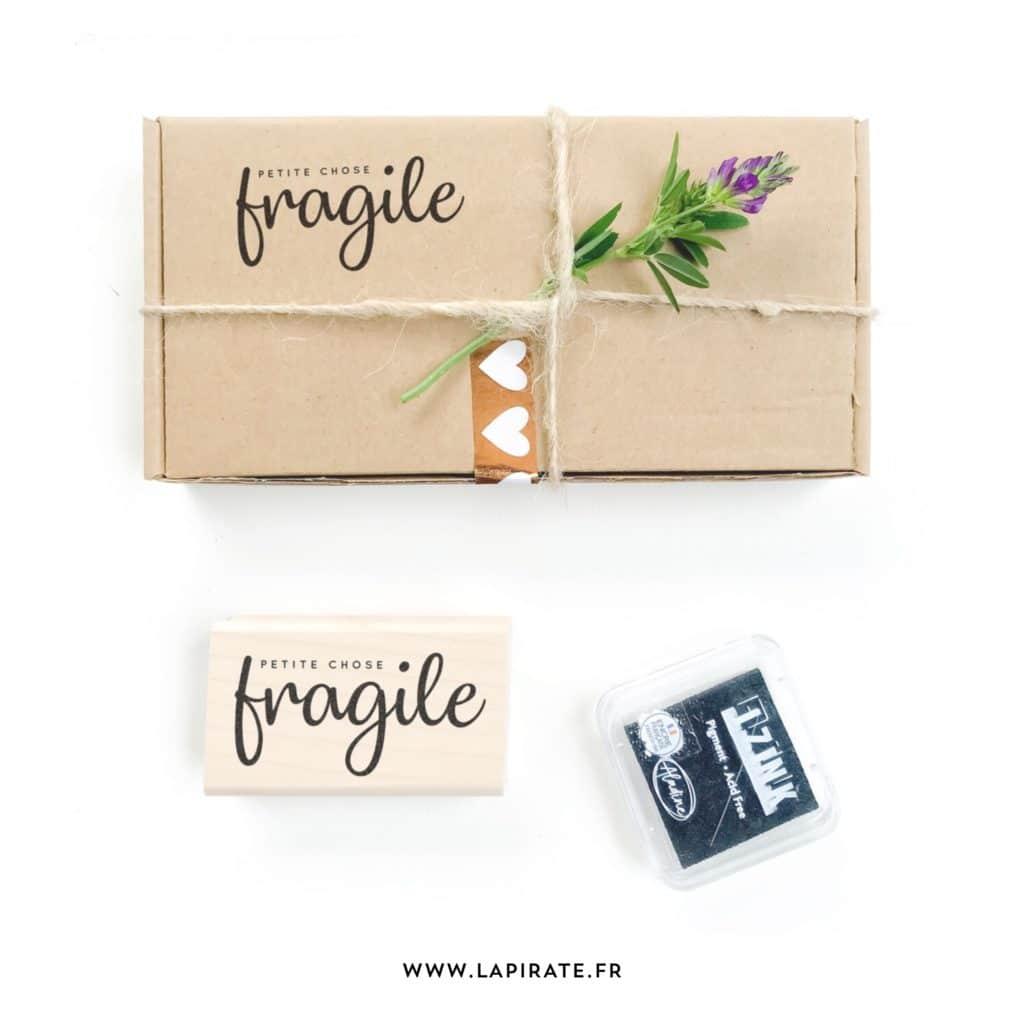 Tampon bois Petite chose fragile - Tampon packaging - La Pirate