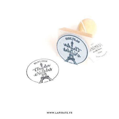 Tampon mariage Tour Eiffel personnalisé avec les prénoms et la date du mariage. Tampon bois sur le thème de votre mariage Paris - La Pirate