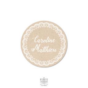 Stickers rond mariage kraft et texte blanc, orné d'une couronne de dentelle pour vos cadeaux mariage thème vintage, bohème - La Pirate