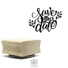 Un Tampon Save the date en bois, pour vos scrapbooking et diy mariage. Save the date thème champêtre - La Pirate