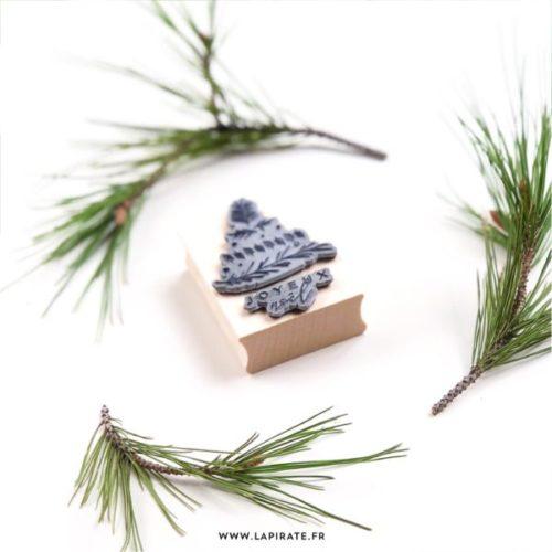 Tampon bois motif de noël, pour personnaliser vos emballages cadeaux. Motif sapin végétal et inscription Joyeux Noël - La Pirate