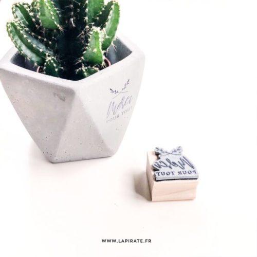 Tampon merci mariage minimaliste, végétal en bois. Tampon remerciements pour personnaliser vos cadeaux invités avec originalité, esprit minimaliste - La Pirate