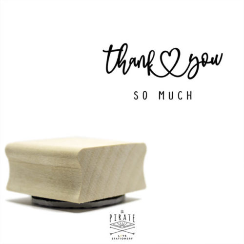 Tampon thank you so much en bois pour estampiller vos cadeaux invités, étiquettes, etc ... Tampon en bois dans une fine calligraphie & petit coeur vintage.
