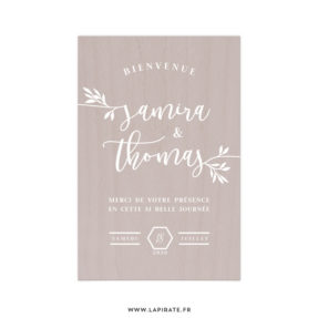 Stickers bienvenue mariage eucalyptus personnalisé avec vos prénoms et date de mariage pour accueillir vos convives, stickers à coller sur un panneau de bienvenue en bois, ardoise, ... La Pirate