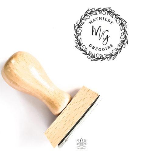 Tampon mariage personnalisé couronne d'eucalyptus, tampon en bois prénoms & initiales à apposer pour la papeterie et décoration de votre mariage