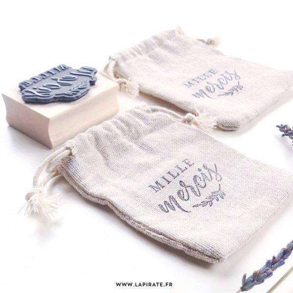 Utiliser un tampon en bois pour marquer du tissu, textile, coton, lin, ... - La Pirate