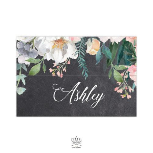 Marque-place personnalisé format cavalier avec rainage central. Porte-nom nominatif mariage vintage, fond ardoise et fleurs
