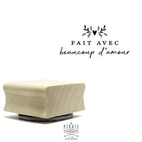 """Tampon bois """"Fait avec beaucoup d'amour"""", packaging - La Pirate"""
