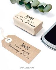 Tampon bois packaging «fait avec beaucoup d'amour»