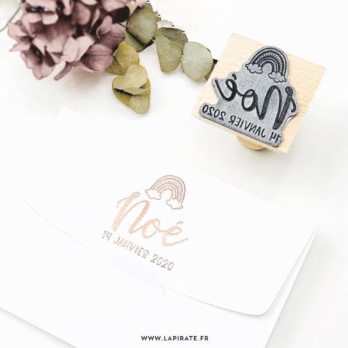 Tampon naissance arc-en-ciel personnalisé avec le prénom et la date de naissance de bébé