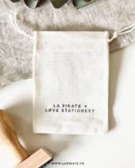 Pochon en coton fin naturel, à personnaliser avec tampons bois et encre textile – 7×9 cm