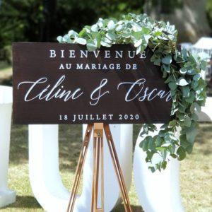 Stickers bienvenue mariage minimaliste, personnalisé de vos prénoms et date de mariage. Décoration florale et mise en scène : Gwenaëlle Chaîne - Fleuriste