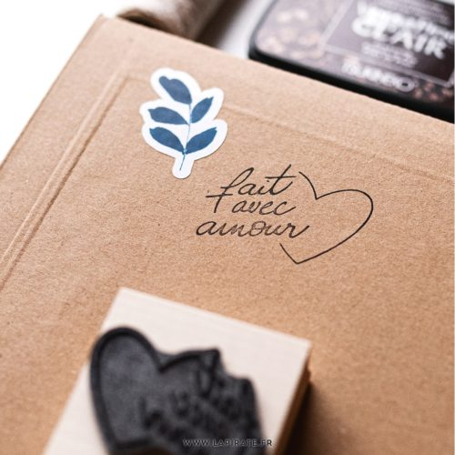 Tampon fait avec amour, calligraphie - Tampon bois packaging, La Pirate